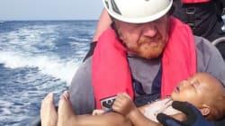 H τραγωδία στη Μεσόγειο σε μια φωτογραφία: Διασώστης αγκαλιάζει βρέφος που πνίγηκε στο πέρασμα για την