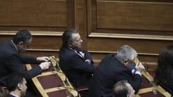 Κουμουτσάκος: Με κάθε τους λέξη παραβιάζουν το Σύνταγμα. Να πάρει θέση ο Τσίπρας. Μαξίμου: Προσωπικές οι απόψεις