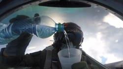 Μαθήματα φυσικής: Πως μπορείς να πιεις νερό χωρίς να χυθεί ούτε σταγόνα ενώ είσαι αναποδογυρισμένος σε ένα