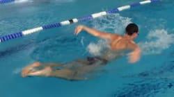 Ce nageur est capable de nager à l'envers (vraiment à