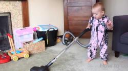 Comment faire le ménage avec un enfant? En le laissant