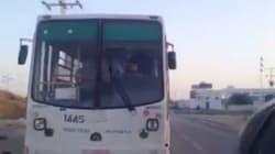 Un chauffeur de bus laisse son enfant de 10 ans conduire à sa place