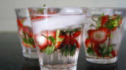 버려지는 딸기 꼭지를 활용해 만드는 '딸기 꼭지 워터'