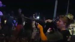 Αστυνομικός στοχεύει με το όπλο της δημοσιογράφο της αμερικανικής