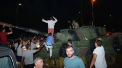 Συγκλονιστικά βίντεο από την Τουρκία: Τανκ προσπαθεί να περάσει πάνω από πολίτες. Πυρά από