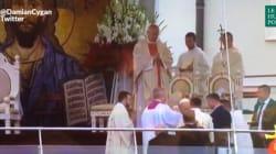 Le pape François a chuté au moment de commencer une messe aux