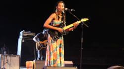 Fatoumata Diawara danse avec son public à