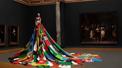 Οι σημαίες των χωρών που απαγορεύουν την ομοφυλοφιλία έγιναν φόρεμα για ένα τρανσέξουαλ