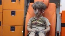 Ces images marquantes d'un enfant syrien sorti des décombres