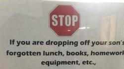 이 학교가 개학을 앞두고 학부모 안내문을 붙인