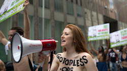GoTopless Day: Γιατί δεκάδες Αμερικανίδες βγήκαν γυμνόστηθες στους