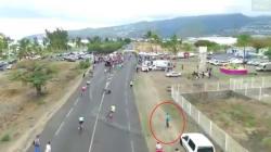 Un spectateur cause volontairement une énorme chute lors d'une course