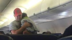 Un inconnu prend soin de l'enfant d'une passagère en avion pour qu'elle se