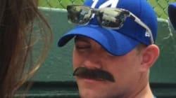 시카고 컵스 단장이 가짜 콧수염을 붙이고 경기를 보러 갔다 단숨에