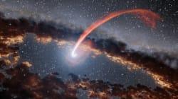 별을 삼킨 블랙홀이 불을 뿜는 장면이