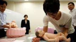 일본에서 미혼 남성들이 '임신, 육아 수업'을 듣는 이유 (사진,