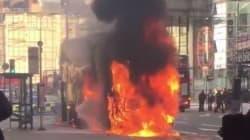 Στις φλόγες τυλίχθηκε, από άγνωστη αιτία, διώροφο λεωφορείο ενώ ήταν στη μέση κεντρικού δρόμου στο