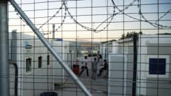 Πρόσφυγες και μετανάστες απέκλεισαν τις εισόδους του hot spot της ΒΙΑΛ στη