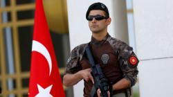 Τουρκία: Οι αρχές έπαυσαν άλλους 10.000 δημόσιους λειτουργούς και έκλεισαν κι άλλα μέσα