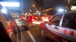 Κίνα: Πώς η τροχαία τιμωρεί όσους οδηγούς τυφλώνουν τους άλλους με τους μεγάλους