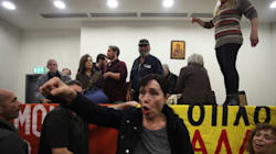 Νέα επεισόδια με αφορμή τους πλειστηριασμούς. Διαδηλωτές εισέβαλαν στο Ειρηνοδικείο Αθηνών και διέκοψαν τη