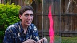 Il réalise des mini tornades de feu multicolores dans son