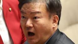 새누리 민경욱 사무실에 달걀 투척·퇴진 요구 벽보가