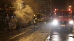 Άγνωστοι πυρπόλησαν τρία τρόλεϊ στην οδό Πατησίων. Ανάληψη ευθύνης για την καταστροφή ακυρωτικών