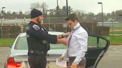 이 교통경찰은 과속 운전자의 넥타이를