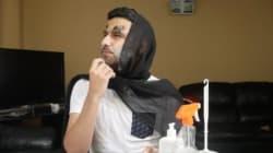 Il imite les youtubeuses en faisant un tutoriel de maquillage