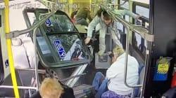 Η σοκαριστική στιγμή που ένα φορτηγό περνά κυριολεκτικά μέσα από ένα λεωφορείο γεμάτο