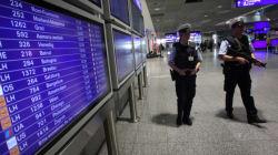 Αστυνομικοί ανάγκασαν μητέρα σε αεροδρόμιο στη Γερμανία να δείξει το στήθος της για να αποδείξει πως