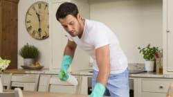 Cet homme n'aide pas sa femme avec les tâches ménagères et son ami l'a bien remis à sa