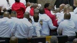 Χάος στο Κοινοβούλιο της Νότιας Αφρικής. Βουλευτές πιάστηκαν στα χέρια με τους άνδρες
