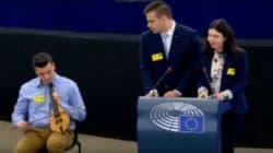 Κρητικός μαθητής παίζει λύρα στο Ευρωπαϊκό