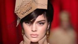 Kendall Jenner défile pour Moschino habillée en carton lors de la Fashion Week de
