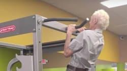 한 90세 노인이 자신의 생일을 기념하는