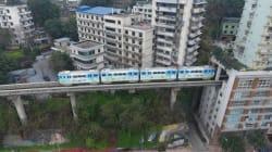 Στην Κίνα δεν υπάρχει χώρος για τα τρένα και περνάνε μέσα από τις