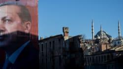 Σε αμφίρροπη μάχη εξελίσσεται το δημοψήφισμα στην Τουρκία για την ενίσχυση των εξουσιών του