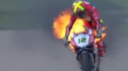 Malgré les flammes sur sa moto, ce pilote n'a pas voulu