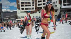 소치의 눈밭에 수영복만 입은 사람들이 모인