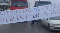 Des habitants de Tichy bloquent l'accès à l'autoroute pour réclamer la construction d'un