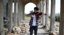 O βιολιστής της Μοσούλης παίζει μουσική στα ερείπια της πόλης του μετά την απελευθέρωση από το Ισλαμικό