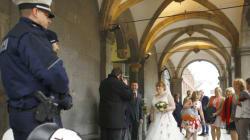 Οι νύφες στην Κολωνία πήγαν σε εκκλησίες και δημαρχείο με