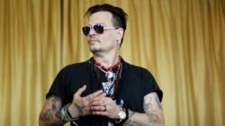 Επειδή ο κατήφορος δεν έχει τέλος, ο Johnny Depp έχει προσλάβει άτομο για να του διαβάζει τις ατάκες στις
