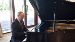 Vladimir Poutine joue du piano en attendant le président