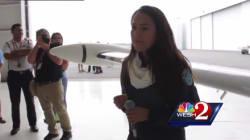Une jeune pilote afghane entame un tour du monde en