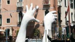 Αυτά τα τεράστια χέρια που βγαίνουν από ένα κανάλι της Βενετίας μεταφέρουν το πιο σημαντικό