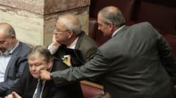 Ο Κώστας Καραμανλής τσίμπησε το μάγουλο του Βενιζέλου στα έδρανα της