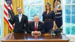 Έλληνας καθηγητής φωτογραφήθηκε με τον Donald Trump και υπερασπίστηκε τα δικαιώματα της LGBTQ